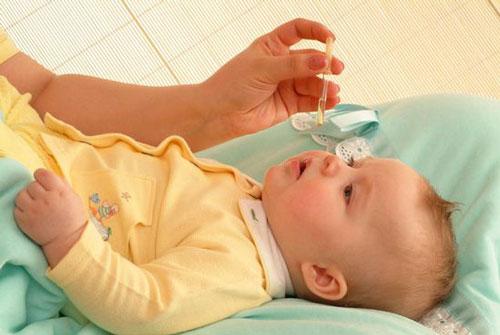 Закапывание носа младенцу