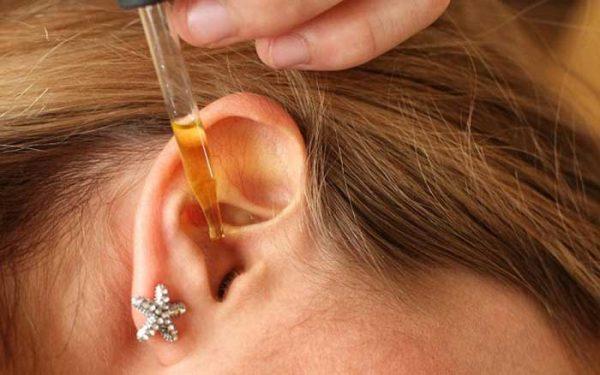 Закапывание миндального масла в ухо пипеткой