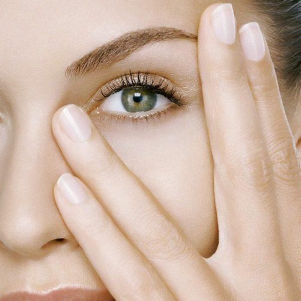 Женщина смотрит между пальцев