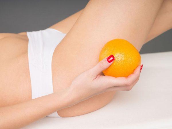 Апельсин в женской руке
