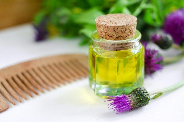 Бутылочка масла, цветы репейника и гребень