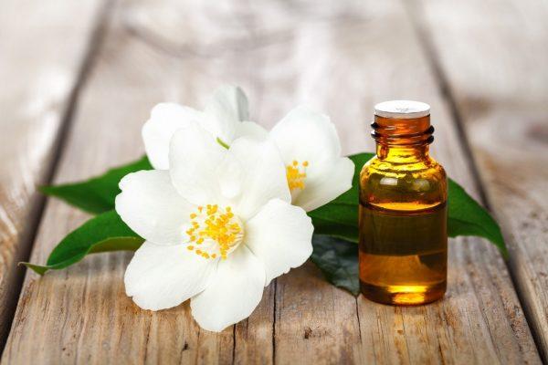 Цветок нероли и бутылочка масла
