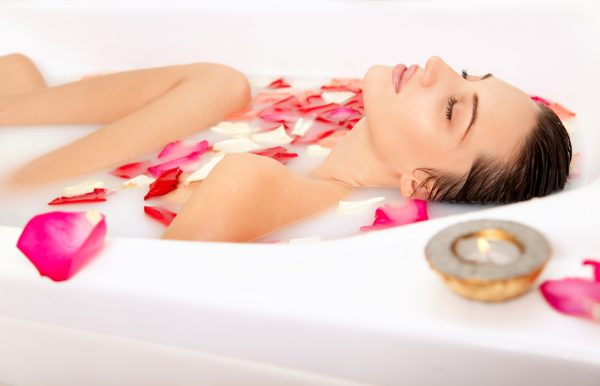 Девушка в ванне с лепестками