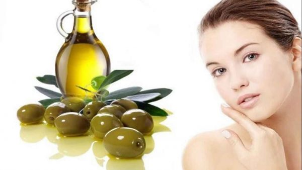 Графин оливкового масла и лицо женщины