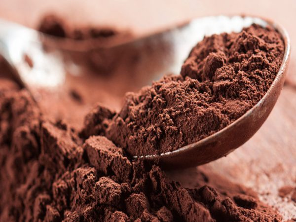 Какао порошок на ложке