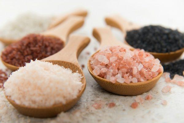 Крупная соль в деревянных ложках