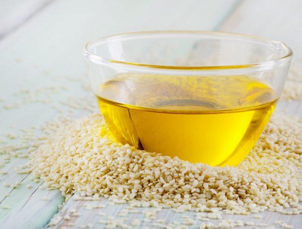Кунжутное масло в прозрачной миске