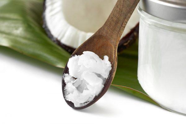 Масло кокоса в чайной деревянной ложке
