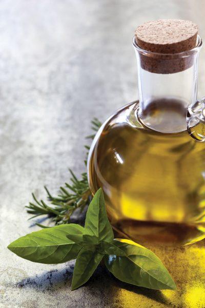 Масло оливы в прозрачном графине