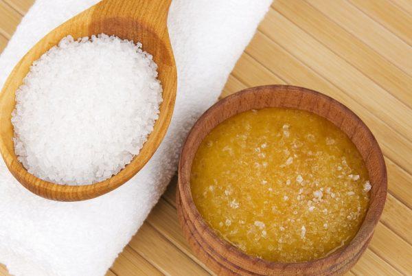 Мёд и соль в деревянных ёмкостях