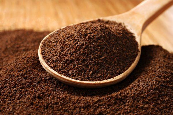 Молотый кофе в деревянной ложке