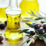 Оливковое масло в прозрачной бутылке