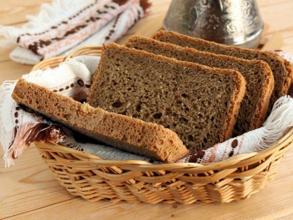 Ржаной хлеб в плетёной корзиночке