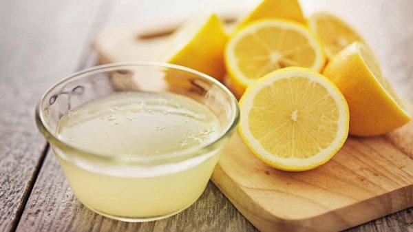 Сок лимона в прозрачной пиале и плоды
