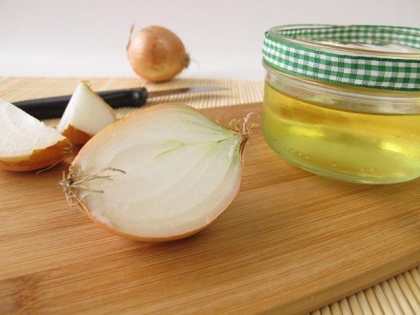Сок лука в прозрачной банке и овощ в разрезе