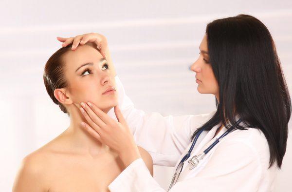 Девушка на приёме у косметолога