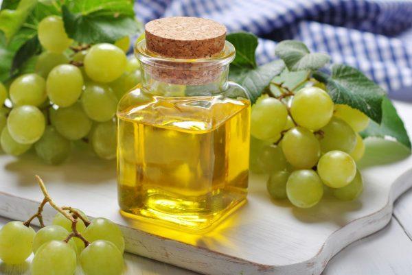 Масло виноградной косточки в прозрачном флаконе
