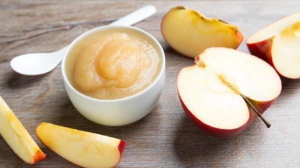 Яблочное пюре в белой пиалочке