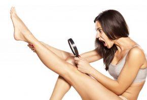 Девушка рассматривает ноги