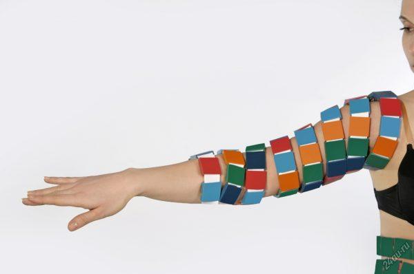 Массажёр в виде ленты на руке женщины