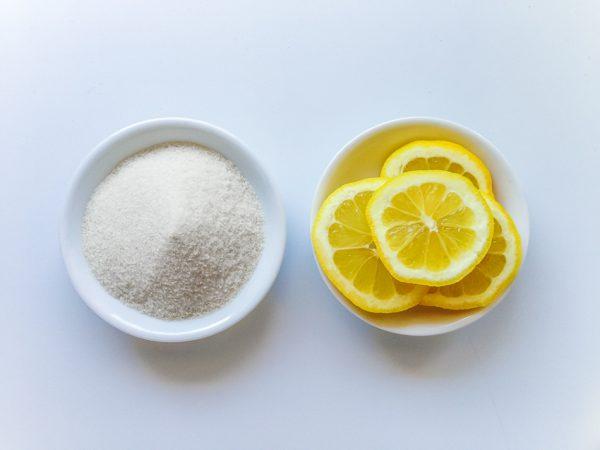 Сахар и дольки лимона