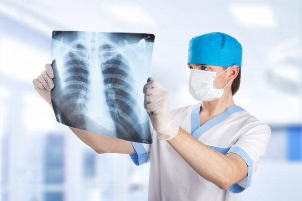 вреч держит рентгенологический снимок