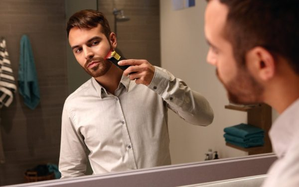 Бритьё бороды перед зеркалом
