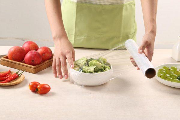 Оборачивать продукты пищевой плёнкой