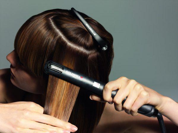 Выпрямление волос при помощи утюжка