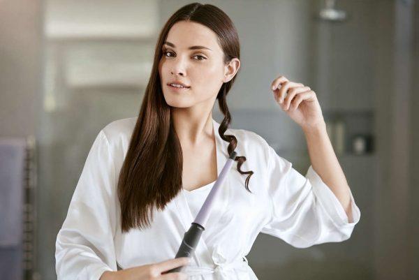 Снятие завитой пряди волос с конусной плойки