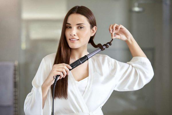 Накрутка пряди волос средней длины на коническую плойку