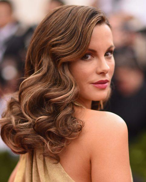 Романтичные волны на волосах средней длины