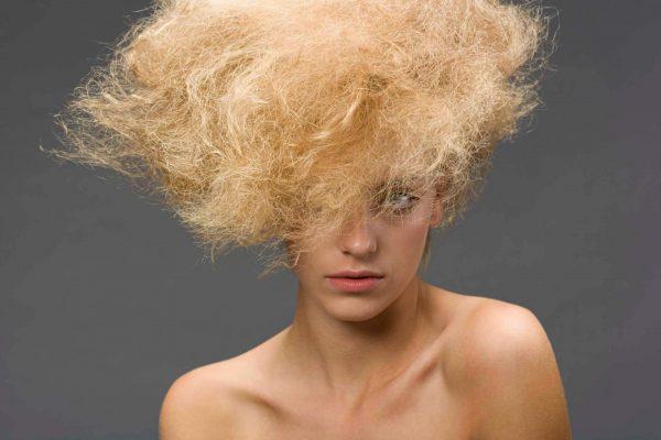 Повреждённые обесцвеченные волосы