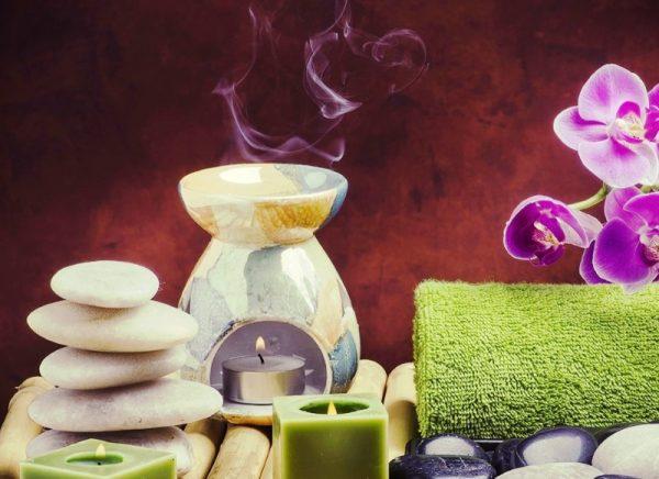 Аромалампа, свечи, камни, полотенце