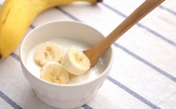 Нарезанные бананы в миске
