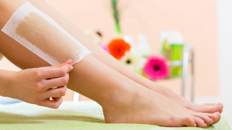 Эпиляция ног восковыми полосками
