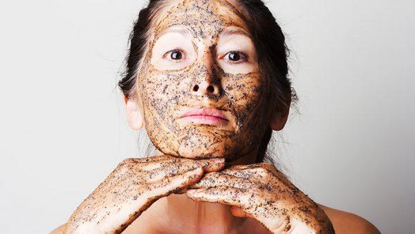 Кофейная маска-скраб с льняным маслом на девушке