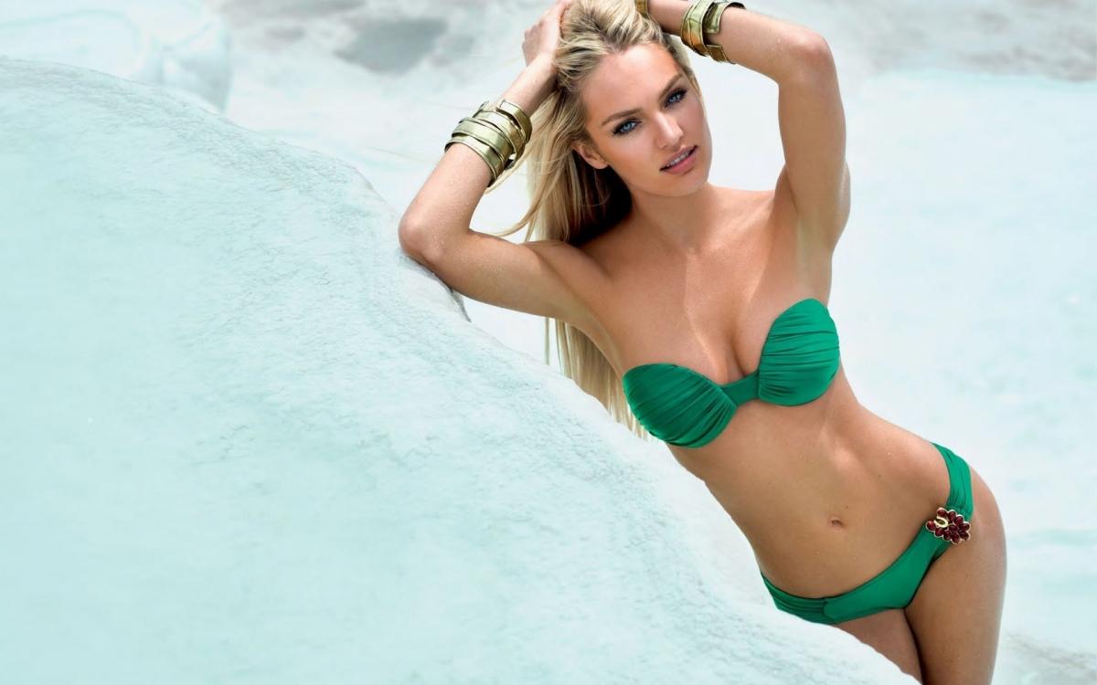 красивая девушка в купальнике