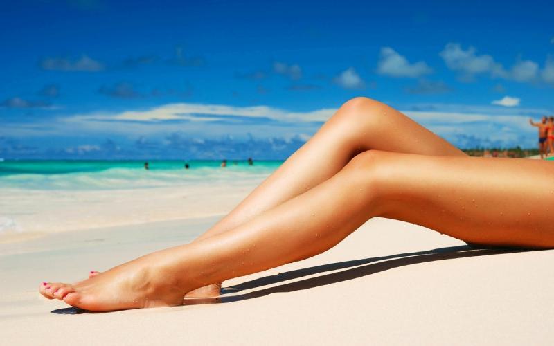 Красивые ноги на пляжном песке