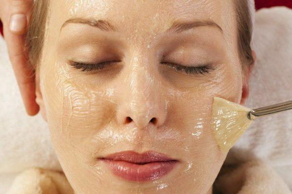Девушке наносят на лицо желатиновую маску