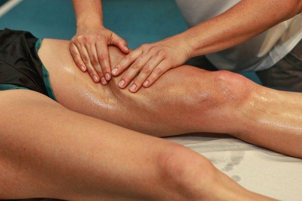 Специалист выполняет массаж ног с помощью геля