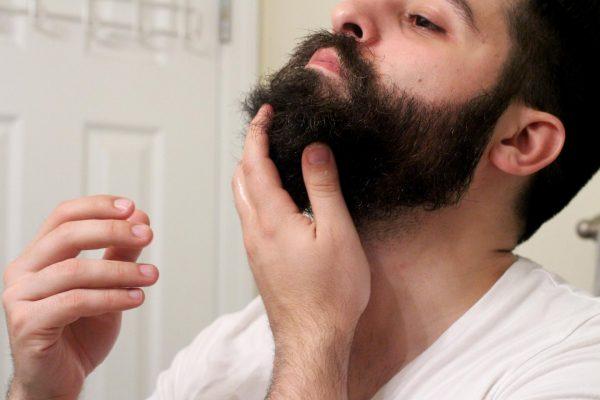 Нанесение льняного масла на бороду