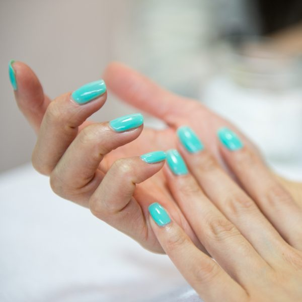 Нанесение масла на кожу рук
