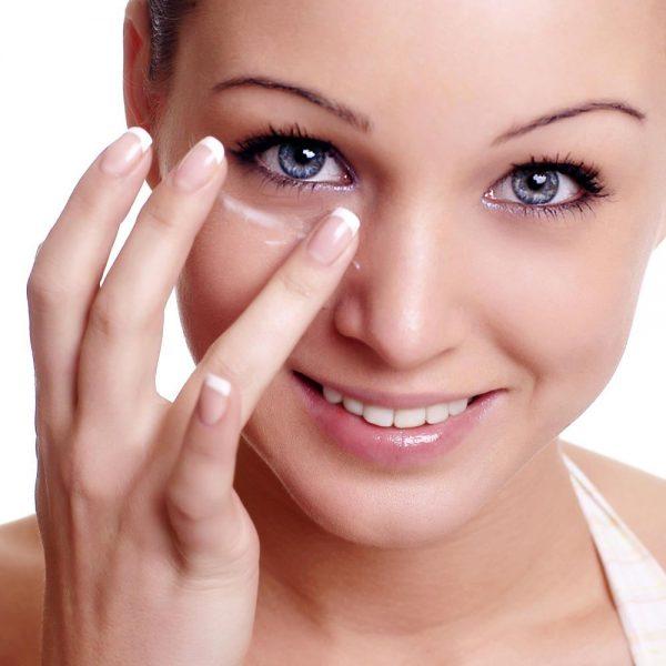 Нанесение масла на кожу вокруг глаз