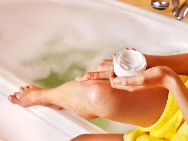 Нанесение на кожу ног крема