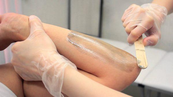 Нанесение тёплого воска на кожу