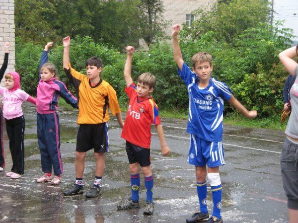 Дети выполняют упражнение «рывки руками»