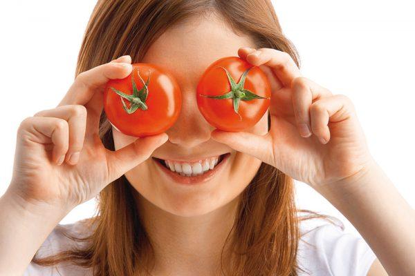 Лицо девушки и 2 помидора в руках