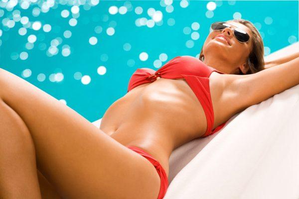 Девушка в купальнике лежит