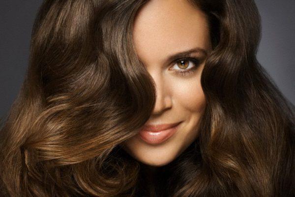 женщина с густыми волосами